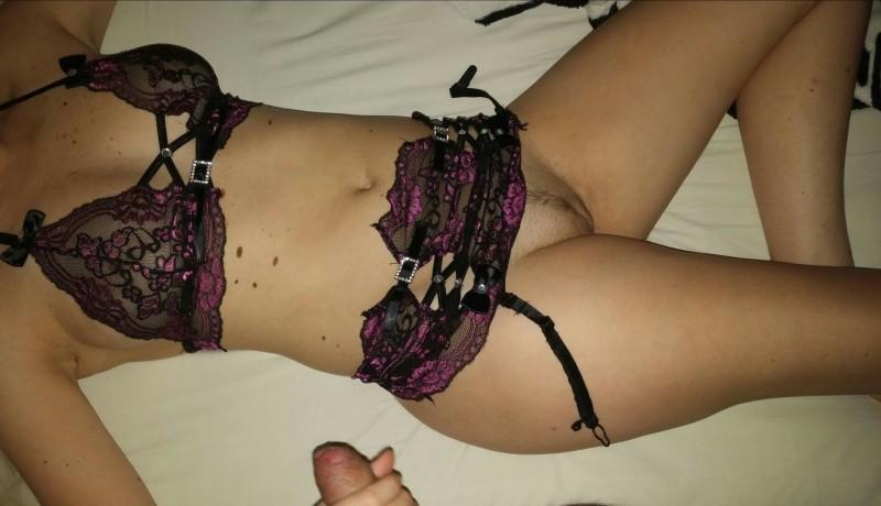 Gostosa de lingerie querendo mostrar a buceta